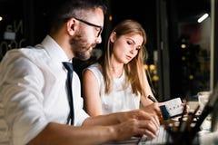 Empresários no escritório na noite que trabalha tarde imagens de stock