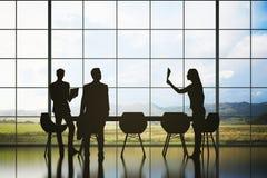 Empresários no fundo da paisagem Fotografia de Stock Royalty Free