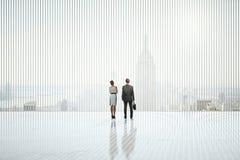 Empresários no interior abstrato Imagens de Stock