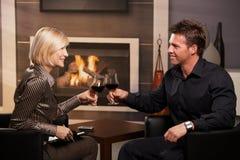 Empresários novos que clinking vidros de vinho Fotografia de Stock Royalty Free