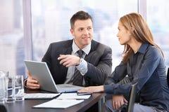 Empresários novos que negociam Fotografia de Stock
