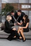 Empresários novos que têm o divertimento no escritório Foto de Stock