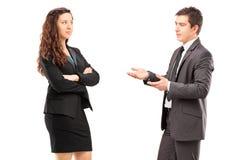 Empresários novos que têm uma conversação Foto de Stock Royalty Free