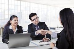 Empresários que agitam as mãos e que terminam acima uma reunião Imagem de Stock