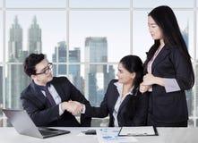 Empresários que agitam as mãos que terminam a reunião Foto de Stock