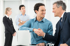Empresários que agitam a mão imagens de stock
