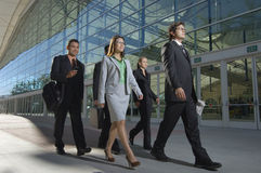 Empresários que andam após o prédio de escritórios Fotografia de Stock Royalty Free