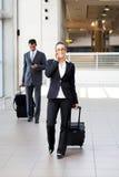 Empresários que andam no aeroporto Fotografia de Stock Royalty Free