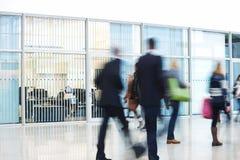 Empresários que apressam-se através do corredor, borrão de movimento Fotografia de Stock
