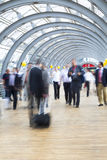 Empresários que apressam-se no corredor, borrão de movimento Foto de Stock Royalty Free