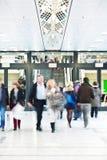 Empresários que apressam-se no prédio de escritórios, movimento  Foto de Stock Royalty Free