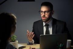 Empresários que conceituam tarde na noite antes do deadli do projeto imagem de stock