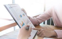 Empresários que coworking o comentário e mostrar o graphica do crescimento Fotografia de Stock Royalty Free
