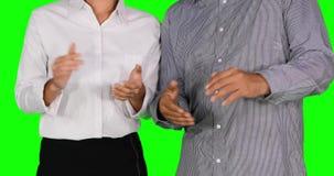 Empresários que dão as mãos de um aplauso