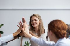 Empresários que dão o respeito altamente cinco e a unidade mostrando imagem de stock