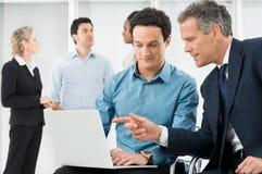 Empresários que discutem o projeto imagem de stock