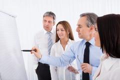 Empresários que discutem o projeto Foto de Stock Royalty Free