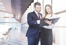 Empresários que discutem o relatório Imagem de Stock Royalty Free
