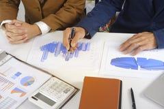 Empresários que encontram a ideia do projeto, acionista profissional que trabalha no escritório para o projeto novo do começo aci imagens de stock