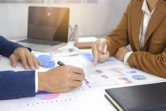 Empresários que encontram a ideia do projeto, acionista profissional que trabalha no escritório para o projeto novo do começo aci imagens de stock royalty free