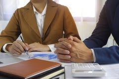 Empresários que encontram a ideia do projeto, acionista profissional que trabalha no escritório para o projeto novo do começo aci imagem de stock royalty free