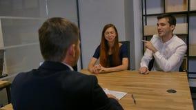 Empresários que encontram-se na sala de reuniões do escritório vídeos de arquivo
