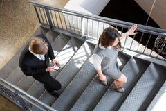 Empresários que escalam a escadaria no escritório imagem de stock royalty free