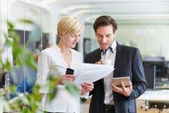Empresários que fazem decisões no escritório Fotos de Stock Royalty Free