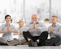 Empresários que fazem a meditação no escritório Imagens de Stock Royalty Free