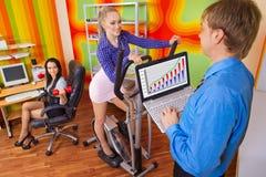 Empresários que fazem o exercício Fotografia de Stock Royalty Free
