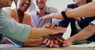 Empresários que formam a pilha das mãos filme