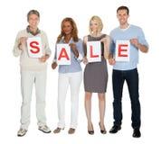 Empresários que guardam o Livro Branco com venda da palavra imagens de stock