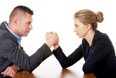 Empresários que lutam nas mãos foto de stock royalty free