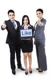 Empresários que mostram como no portátil foto de stock royalty free