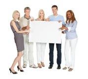 Empresários que mostram uma placa vazia foto de stock royalty free