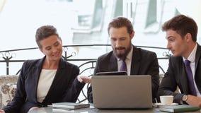 Empresários que sentam-se no restaurante vídeos de arquivo