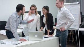 Empresários que têm o argumento no escritório video estoque