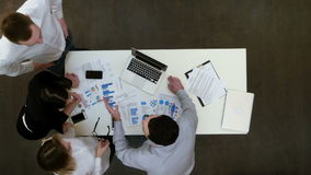 Empresários que têm o argumento pequeno no escritório vídeos de arquivo
