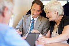 Empresários que têm a reunião sobre o trem Fotos de Stock Royalty Free