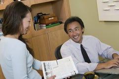Empresários que trabalham no escritório Fotos de Stock Royalty Free