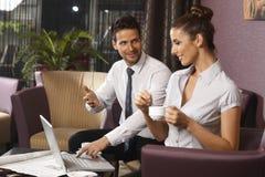 Empresários que trabalham no laptop Imagens de Stock Royalty Free