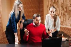 Empresários que usam o portátil na tabela de conferência, pessoa no escritório que guarda uma conferência e que discute estratégi imagens de stock royalty free