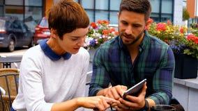 Empresários que usam a tabuleta digital no bar filme