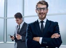Empresários que usam a tecnologia na área ocupada da entrada do escritório imagens de stock