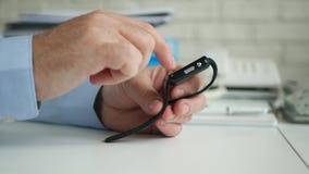 Empres?rio Access Smartwatch Technology e para enviar uma mensagem usando o Internet video estoque