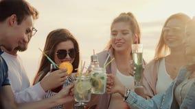Empresa amigável e alegre que tem o divertimento no ar livre, bebendo junto cocktail urbanos do verão filme