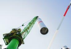 A empresa das energias eólicas está construindo uma exploração agrícola de vento em Bélgica foto de stock royalty free