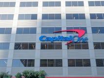 Empresa de cartões de CapitalOne, de finança e de crédito, lugar do escritório dentro fotos de stock