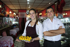 Empresa de pequeno porte: proprietário de um café e de uma empregada de mesa imagem de stock