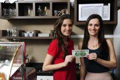 Empresa de pequeno porte: Proprietários de um dinheiro da terra arrendada do café imagem de stock